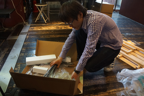 地元のホームセンターからすのこ2枚と角材数本、テーブルなど調達してきた石川さんが主導する。