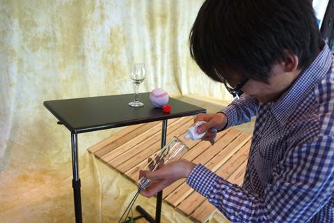 と焦る間にも地味にガラス瓶に塗り広げる。