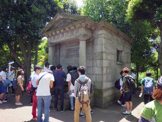 この建物は水準原点が入っている日本水準原点標庫