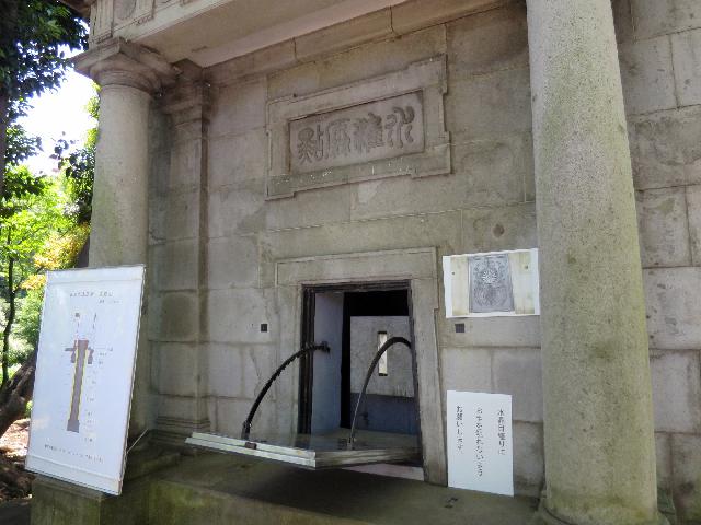 標庫まではふだんも来られるが今日は特別にあの真ん中の扉が開けられている