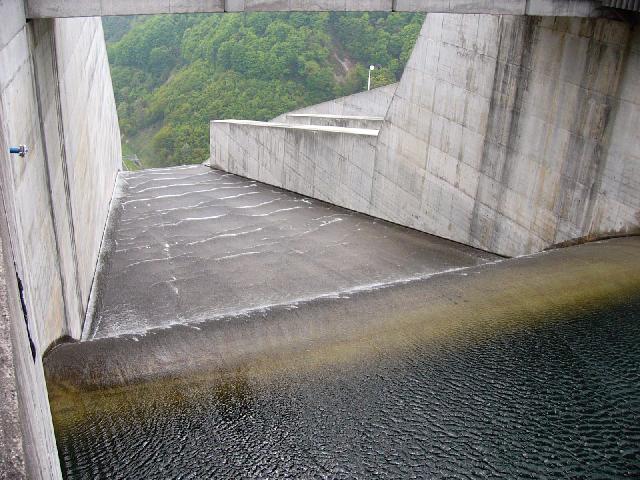 水位が888mを超えると奈良俣ダムは放流を始める