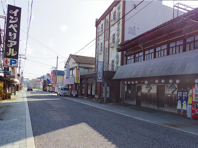 嬉野温泉商店街。朝方なので、人はまだあまりいません