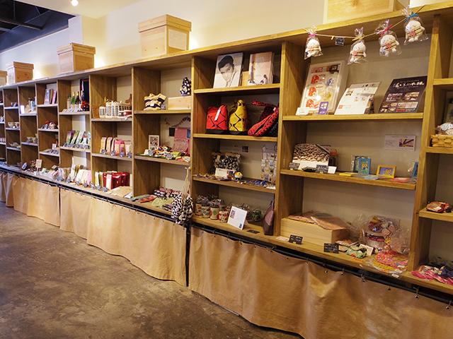 店内の商品棚。特産品がずらりと並ぶ