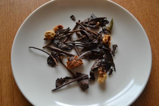 茶の花も一緒に煮出します