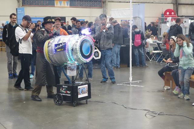 空気砲。筒の後ろに布を張って、ゴムではじくと空気が勢いよく飛び出る。