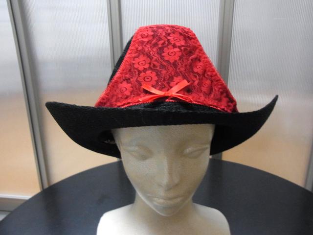 色々と組み合わせた結果、黒の帽子には赤がよく合った。リボンも良いアクセントに。
