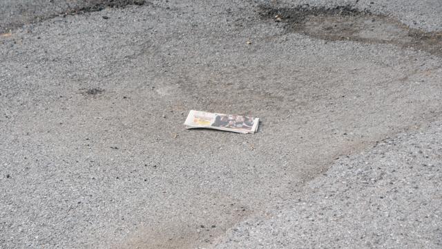 新聞がおちている。レイヤーを示唆するものだろうか。