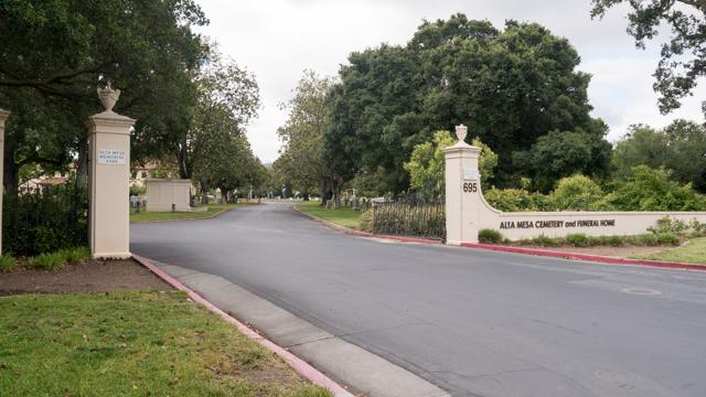 白い門の奥には広大な墓地が広がっていた。