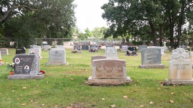 特定宗教に属さない(non-denominational )だけあっていろいろな墓石が並ぶ。