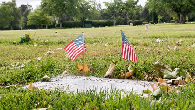 供物として花ももちろんあったが、アメリカ国旗が立ててあるのがアメリカらしいなと思った。