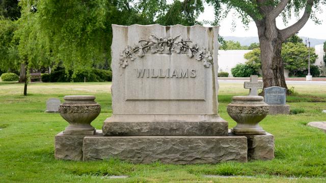 彫刻がきれいなお墓。