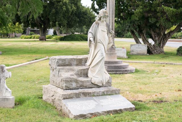 石像が付いたお墓