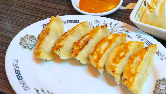 餃子210円。日高屋は埼玉県行田市に餃子製造ラインを作って以来、大きく味が向上したことは周知の事実