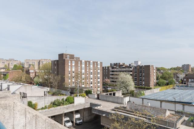 まわりも住宅街なんだけど、いたってふつうの建築。この Alexandra Road Estate だけ特殊すぎる。