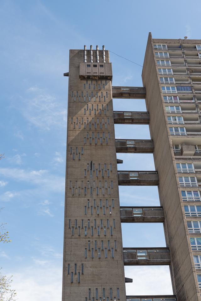 なんですかこのかっこいいエレベーター タワーは! 窓の並びもなんだかちょうすてきだし!