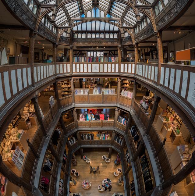 吹き抜けを愛でたり。これは有名老舗百貨店 LIBERTY の吹き抜け。木製吹き抜けははじめてだ! ちなみにこの建築も第2種指定建造物 に指定されている。文化財的には団地と LIBERTY は同等なのだな!
