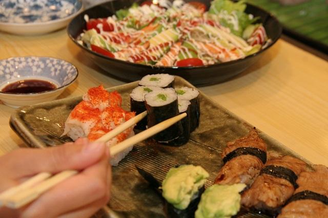 おいしくて箸がどんどん進む。次はチレ巻き(ピーマンを辛く炒めて巻いたもの)。