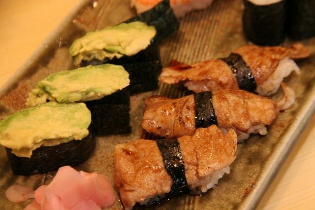わたしの顔ばっかりで申し訳ないのでお寿司の写真に切り替える。豚肉を焼いてあなごのタレにつけたカルネも甘じょっぱくて最強においしかった!!!