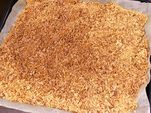 200℃のオーブンで5分×3回かきまぜると、きつね色のパン粉が完成。簡単。フライパンで乾煎りしてもいい。