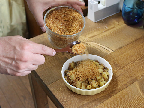 炒めたものを皿に盛って、さっきのパン粉をバサーとぶっかけ。以上。