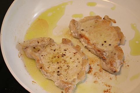 トンカツ用の肉に小麦粉まぶしてから焼く。