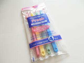 100円ショップの歯ブラシ。4本入っていたので1本25円。