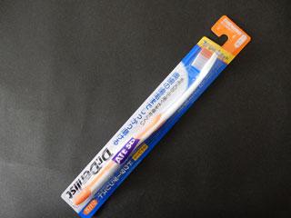 ドラッグストアで買った歯ブラシ。84円。