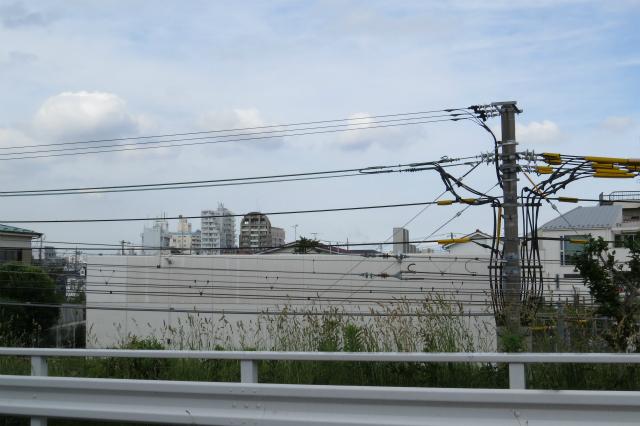 向かいの白い建物。東急電鉄の変電所です