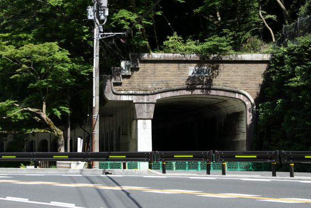 箱根路の入口、堂々たる構えを見せる函嶺(かんれい)洞門