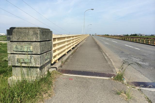記憶の通りに橋を渡る。たしか「楠町」という標識があったような気がするが、楠町は2005年に四日市市と合併したそうだ