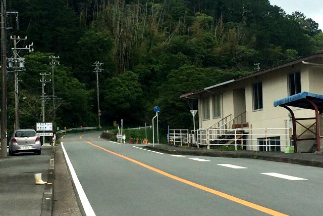 東宮の町並みを突っ切ると、国道260号線は上り坂となる