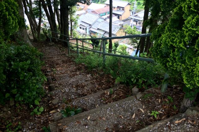 そうそう、集落へ続く階段があって、降りていくとお寺の境内にたどり着いたんだ