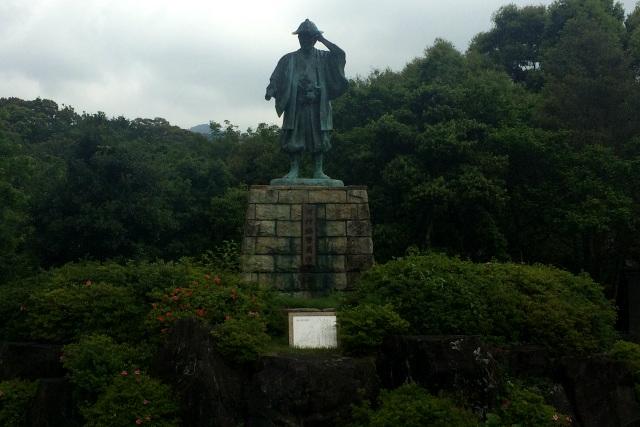 これも記憶から抜け落ちていたが、東屋の前には立派な銅像が立っていた