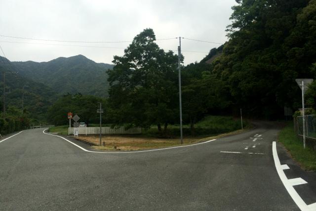 左の道はバイパス(新々道)が通る前の国道260号線(新道)、右の道が旧道である