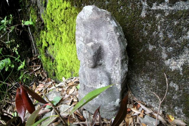 昔から使われていた峠道なのだろう、傍らには「慶應」と刻まれた石仏が祀られていた