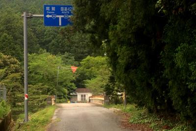 棚橋隧道からは山道を下り(道路の状態は上りよりマシだった)、あっという間に人里に出た