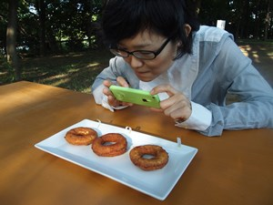 自分の作ったドーナツの穴を撮るってすごいナルシストみたいですね。
