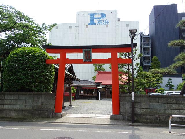 ビル街のど真ん中に神社が
