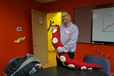 社長のマークさん、べつやくさんのタコ足を抱きしめる