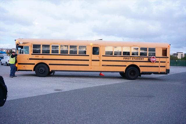 子供たちが載ってきたスクールバスがめちゃくちゃ長かった