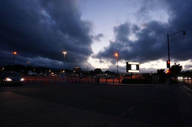 夜の会場付近。高い建物がなく、空が広い!