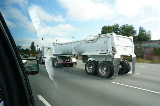 アメリカは貨物車両がいちいちトレーラーで、でかい