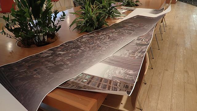 撮影した写真をつなぎ合わせて3メートルくらいの帯状にプリントアウト。