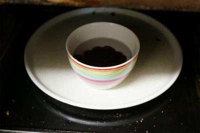 グミの4倍量の水を入れ、レンジで加熱
