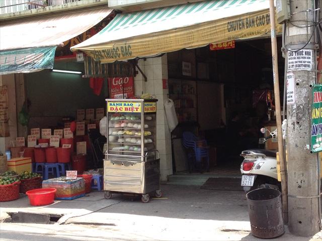 ベトナムの路上にはよく、キャスター付きの蒸し器の中で中華まんがよく売られてある。一個50~80円くらい。