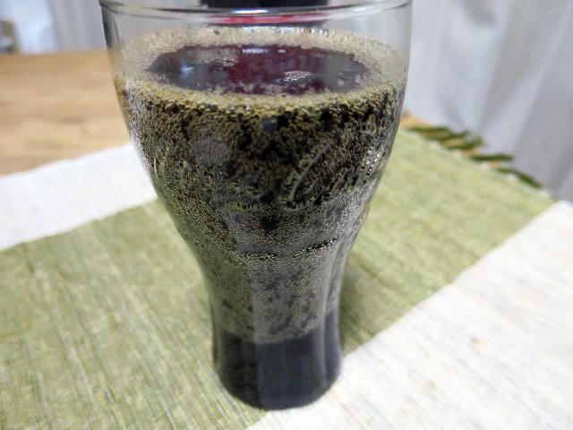 コーラを注ぎ、軽くかき混ぜて完成、だけど泡で層が見える