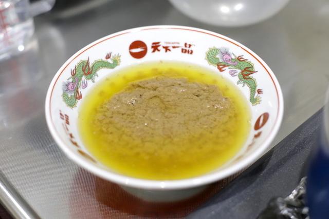 透き通った黄金色の油と、ぐずぐずとした茶色のゲル状の固形物に分離。