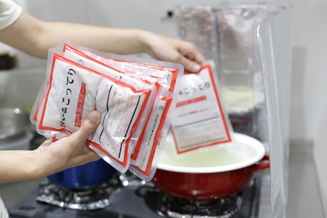 12袋温めて、鍋に注ぐ。