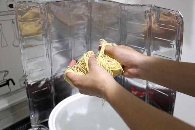 麺をほぐして、熱湯で2分ゆがく。