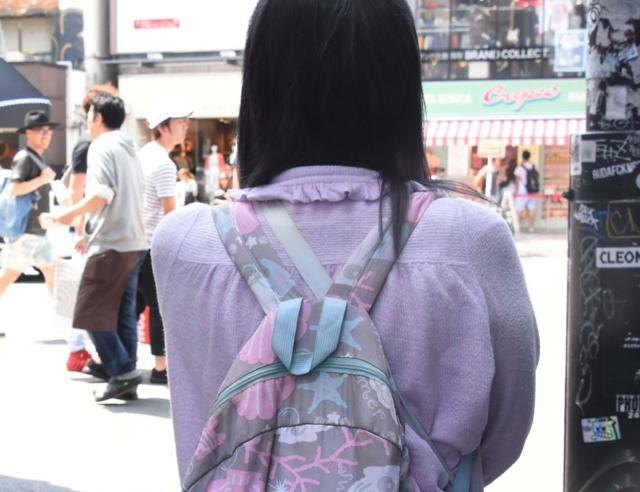 髪の毛も黒ではなく紫色っぽい感じ